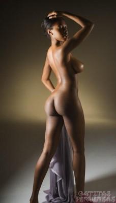 mujer-negra-desnuda-posando