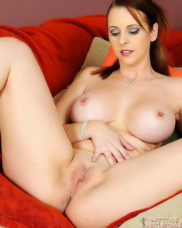 Porno desnuda en vidrios de tacones altos