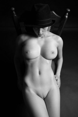 130606-nude-romanian-girl-with-big-natural-boobs-in-hot-photo