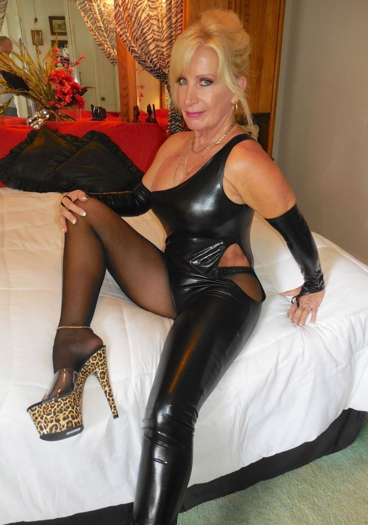 Mature in leather fotos scandal!