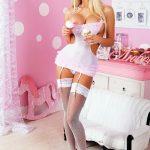 Barbie caliente en su casita de muñecas!