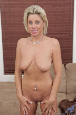 319679_55615-89421-hot-naked-blonde-mature-woman